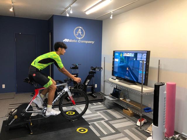 自分のバイクを持ちこんでできるバーチャルトレーニング。画面のコースと連動して負荷が変化するので、実際のコースを走っているのと同じように楽しく、効率よくトレーニングできます。<パーソナルスペース 要予約>